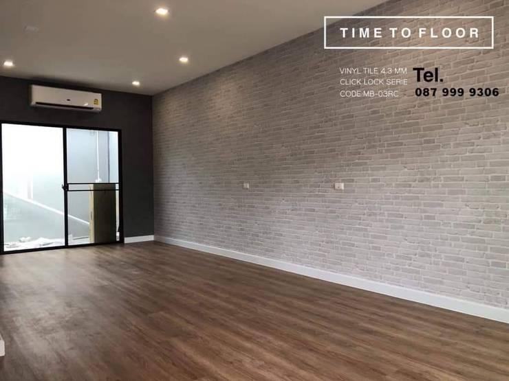 เปลี่ยนโฉมพื้น เหมือนได้บ้านใหม่:  ห้องนั่งเล่น by TIME TO FLOOR