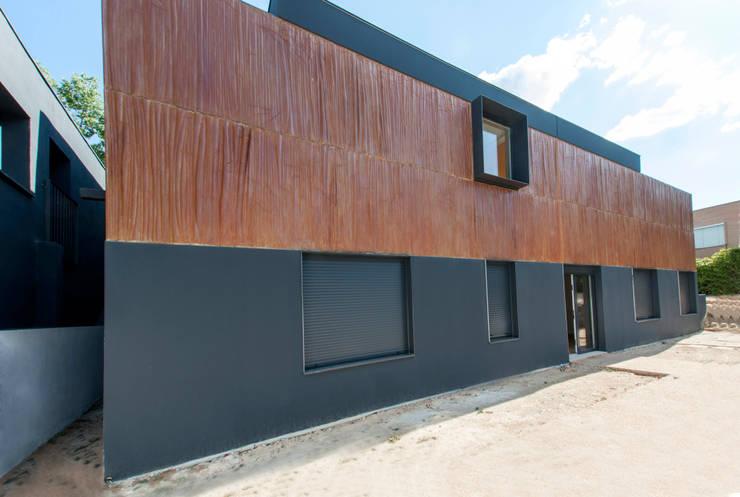 Fachada de la amplicación: Casas prefabricadas de estilo  de MODULAR HOME,