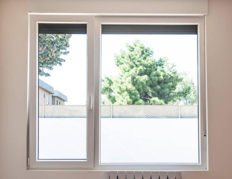 Carpintería exterior con salida al exterior: Puertas de cristal de estilo  de MODULAR HOME,