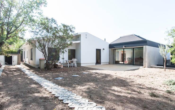Fachada posterior de la vivienda: Casas prefabricadas de estilo  de MODULAR HOME,