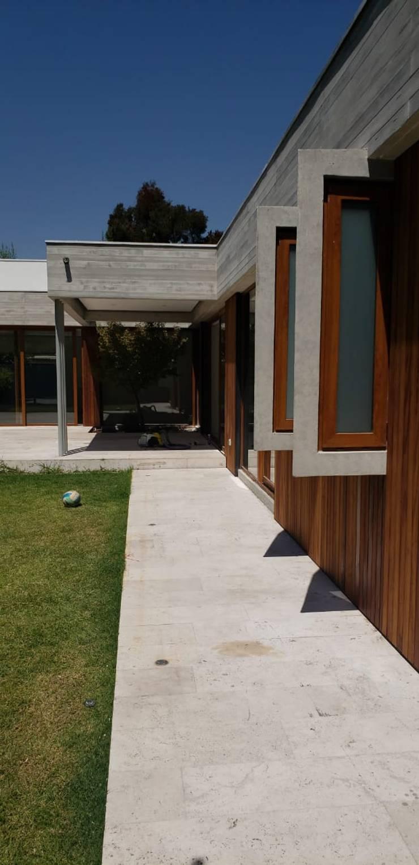 Fachada exterior: Casas de madera de estilo  por Constructora CYB Spa