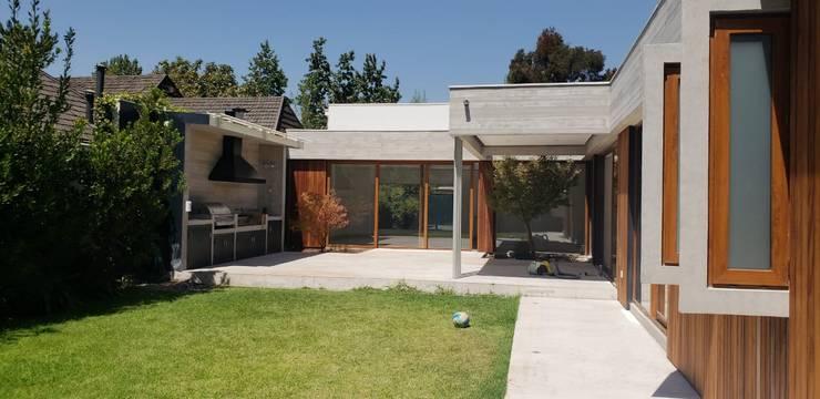Remodelacion de fachada - patio - construccioón de quincho: Terrazas  de estilo  por Constructora CYB Spa