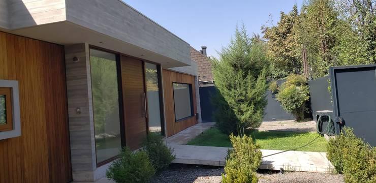 Ante jardin: Casas unifamiliares de estilo  por Constructora CYB Spa