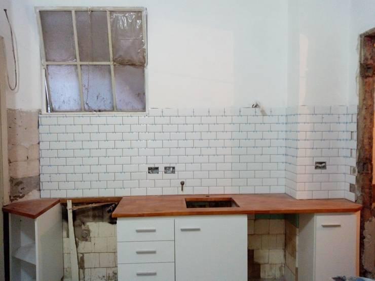 Remodelación cocina capital: Cocinas a medida  de estilo  por Constructora del Este,