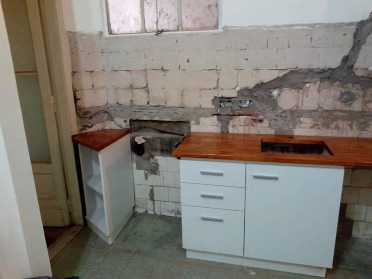 Remodelación cocina capital:  de estilo  por Constructora del Este,
