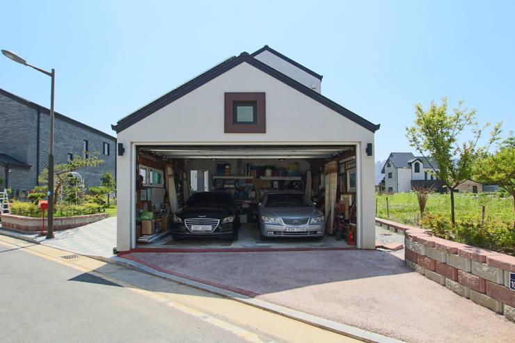 Garajes de estilo  de 이우 건축사사무소, Moderno