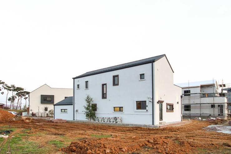 Casas de estilo  de 이우 건축사사무소, Moderno