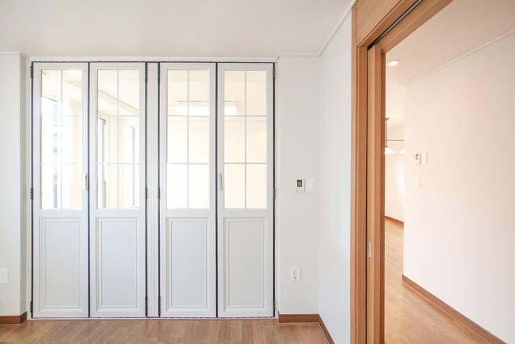 Puertas de estilo  de 이우 건축사사무소, Moderno