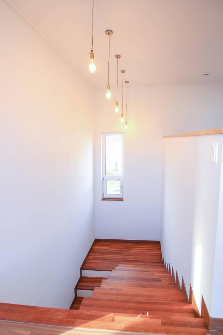 Escaleras de estilo  de 이우 건축사사무소, Moderno
