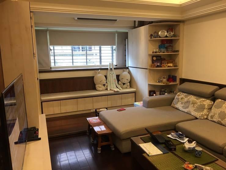 系統家具打造儲藏.臥榻功能兼具的舒適環境:  客廳 by 捷士空間設計(省錢裝潢)