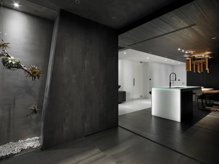 玄關:  走廊 & 玄關 by Nestho studio