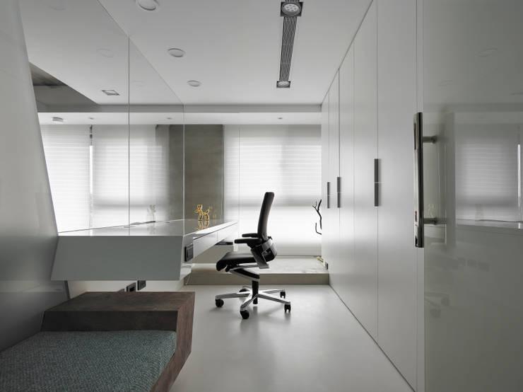 書房:  書房/辦公室 by Nestho studio