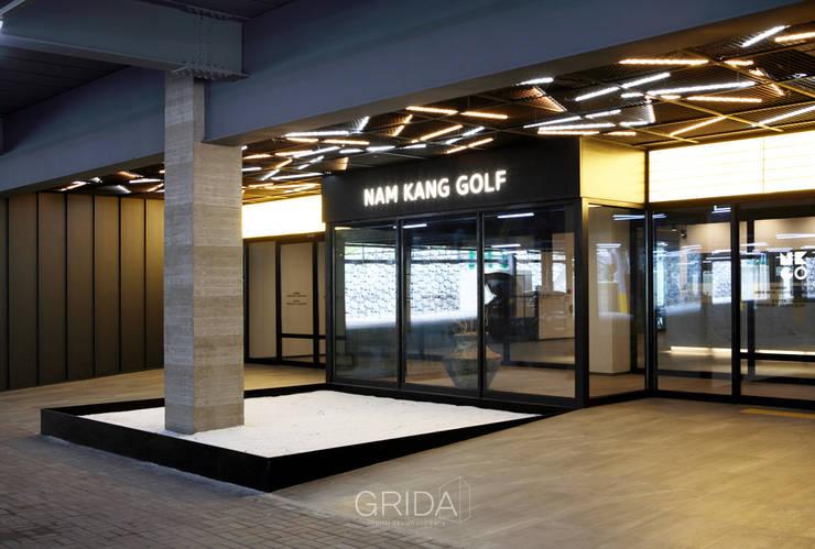 경남 관광농원 골프클럽 '남강원': 그리다아이디의  주택,