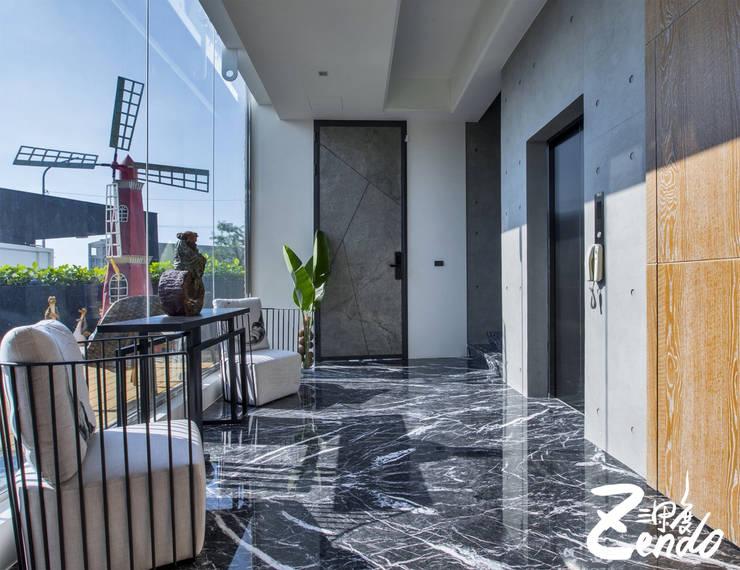 層峰:  走廊 & 玄關 by Zendo 深度空間設計