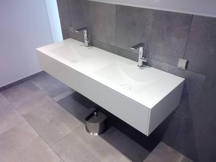 PurOne - nicht als Corian:  Badezimmer von Henneke Formbau GmbH