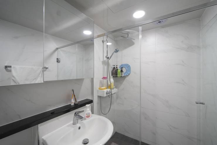 과천 래미안 슈르 (1) APT 인테리어 리모델링 (33py): 바나나웍스의  욕실