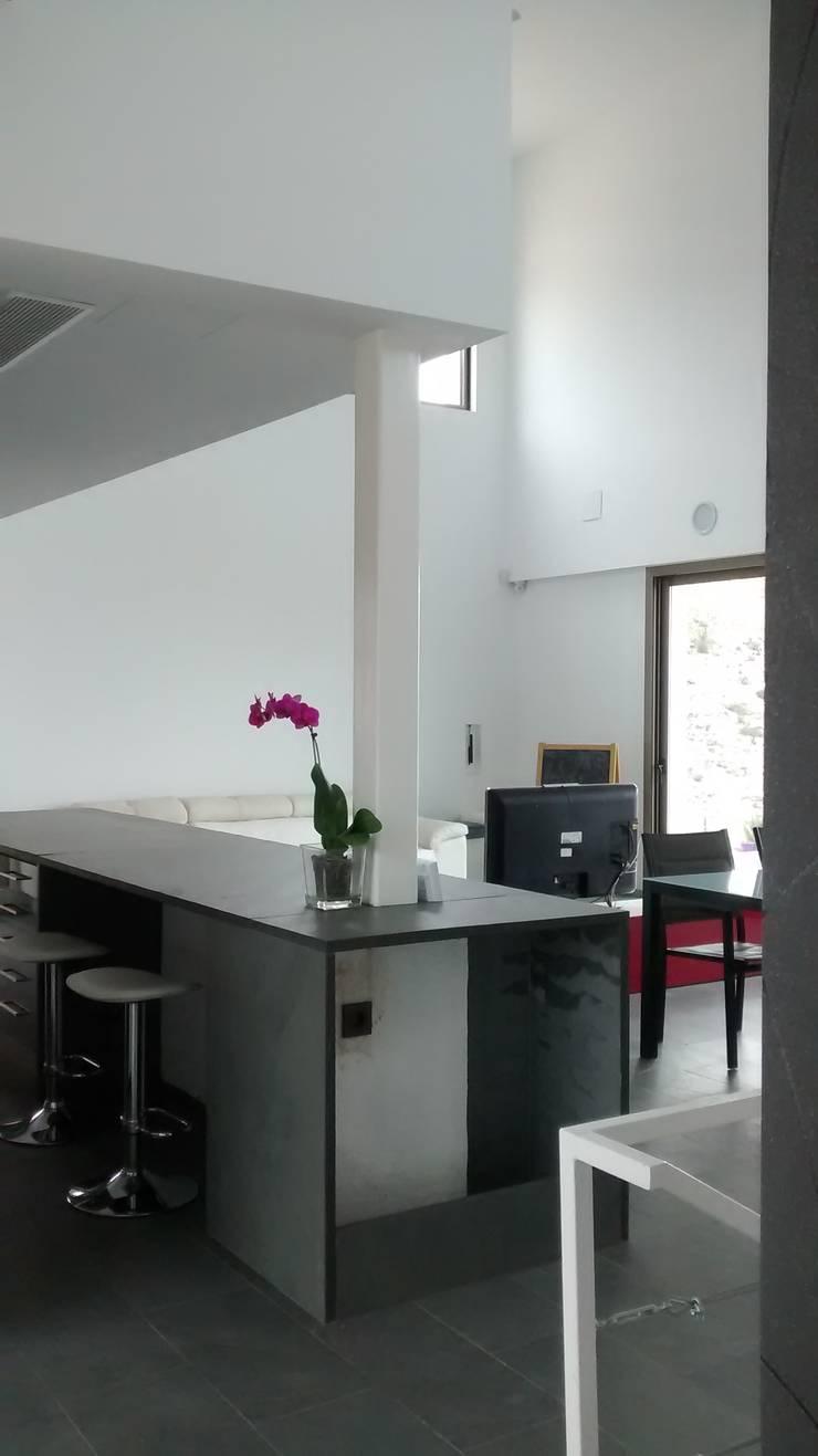 Cocina abierta al salón comedor.: Cocinas integrales de estilo  de Estudio1403, COOP.V. Arquitectos en Valencia