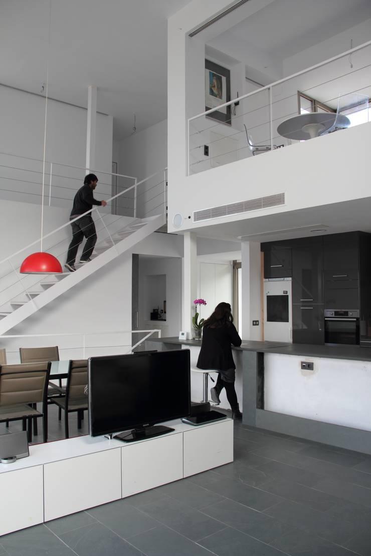 Vinculación entre la cocina y el salón-comedor.: Salones de estilo  de Estudio1403, COOP.V. Arquitectos en Valencia