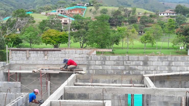 Mampostería y estructura: Casas unifamiliares de estilo  por Parámetro Arquitectura & Ingeniería, Moderno