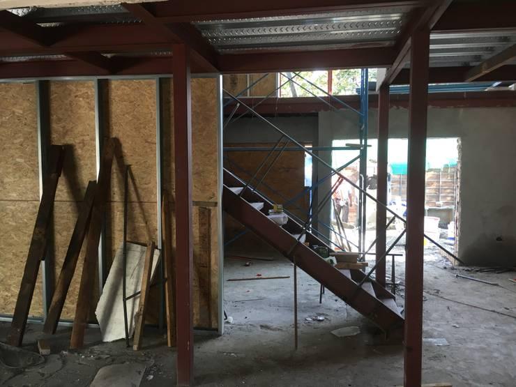 CASA CERRO SOMBRERO (EN CONSTRUCCION): Escaleras de estilo  por COMPONENTE