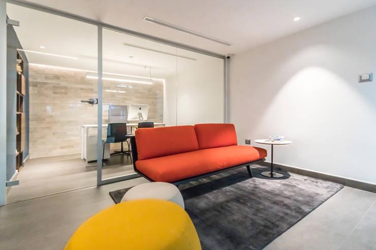 OFICINA DGLA LECHERIA: Oficinas de estilo  por Design Group Latinamerica