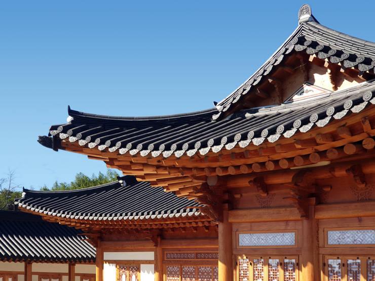 합천 이씨 종가 복원 신축공사 - 안채 처마: 성종합건축사사무소의  지붕,