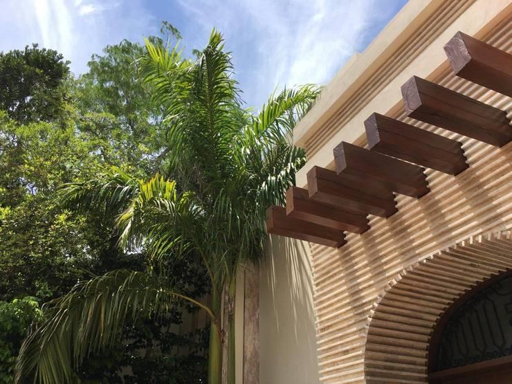PERGOLADO DE MADERA EN ACCESO de UG ARQUITECTOS Mediterráneo Madera Acabado en madera