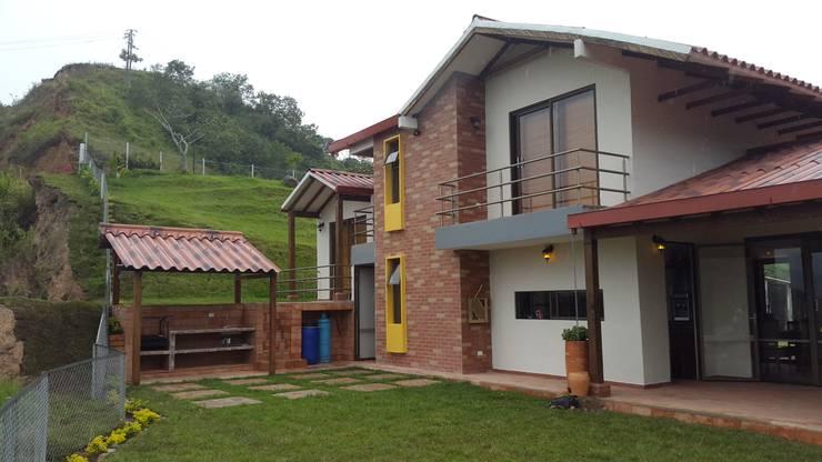 Fachada Posterior: Casas campestres de estilo  por Ba arquitectos