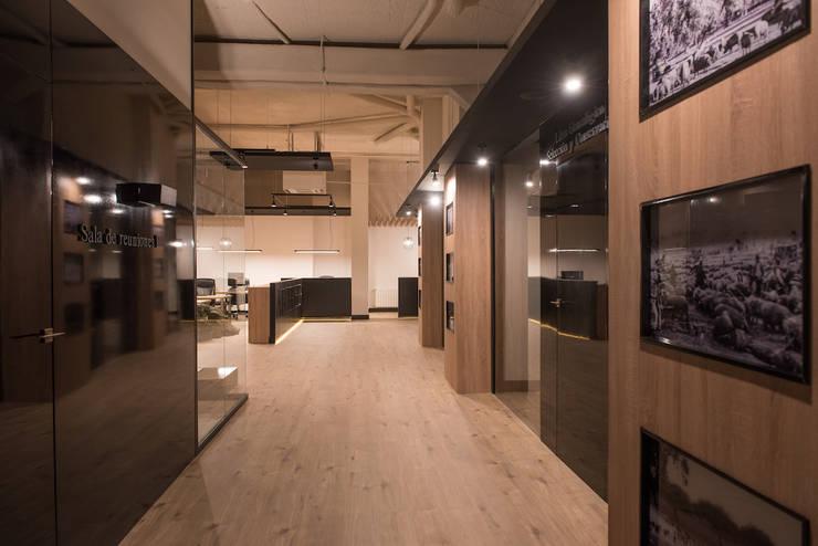 Office buildings by SENZA ESPACIOS, Mediterranean Wood Wood effect