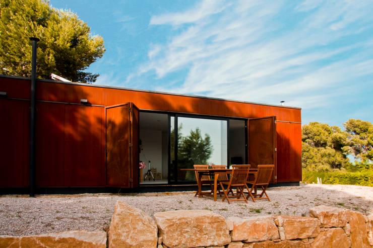 Fachada con vista a la terraza: Casas ecológicas de estilo  por INFINISKI
