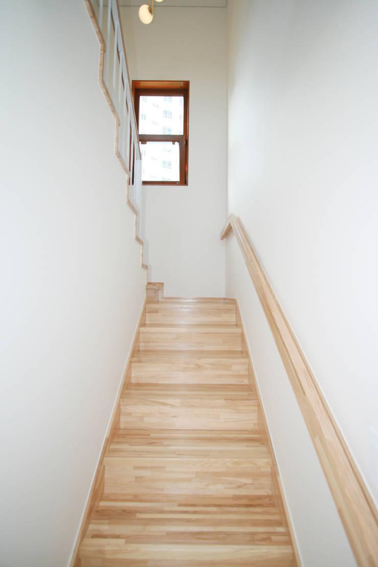 여유당: 이우 건축사사무소의  계단,