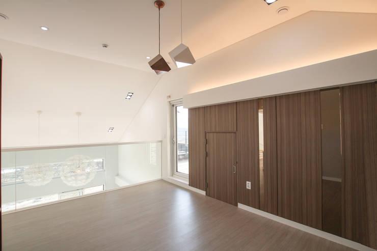 Salas multimedia de estilo  de 이우 건축사사무소, Moderno