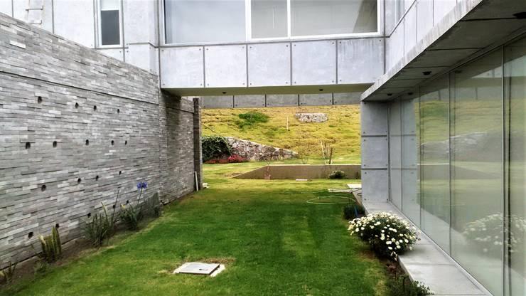Acceso con patio interior: Chalets de estilo  por Brassea Mancilla Arquitectos