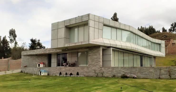 Fachada principal: Chalets de estilo  por Brassea Mancilla Arquitectos