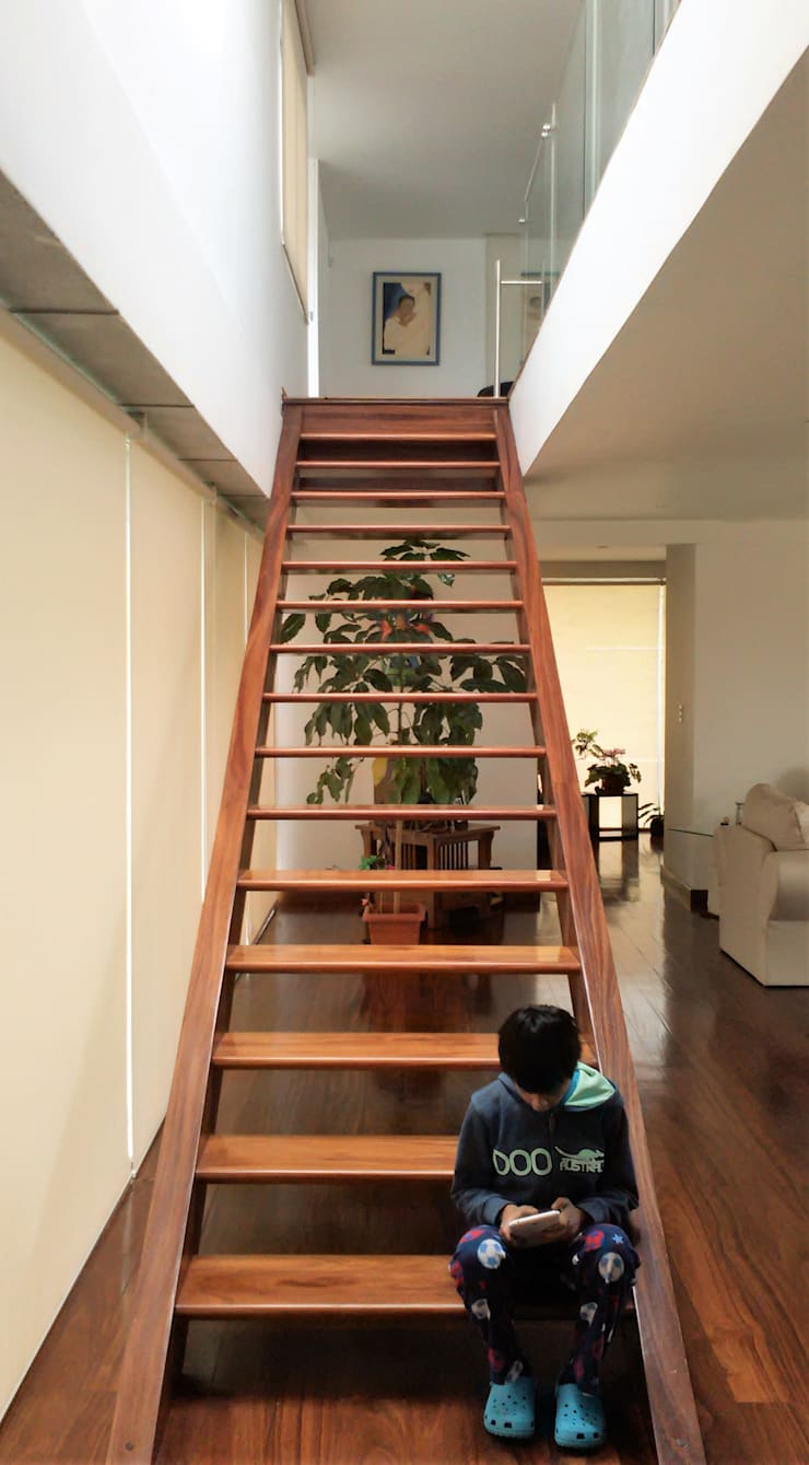 Escalera moderna: Escaleras de estilo  por Brassea Mancilla Arquitectos