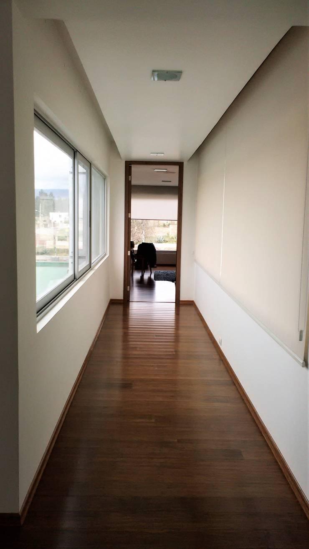 Pasillo conexión a dormitorio de visitas: Pasillos y hall de entrada de estilo  por Brassea Mancilla Arquitectos