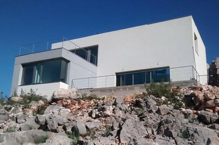 Fachada principal y volumetría: Casas unifamilares de estilo  de Estudio1403, COOP.V. Arquitectos en Valencia