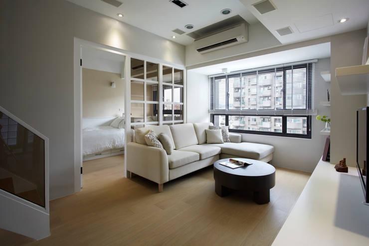 瀰 貢:  客廳 by 耀昀創意設計有限公司/Alfonso Ideas