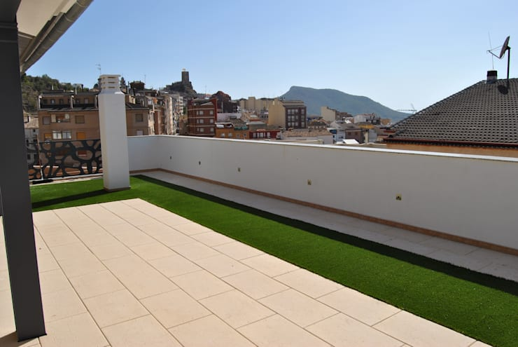Instalación de césped artificial para terrazas y patios : Terrazas de estilo  de Albergrass césped tecnológico