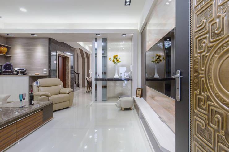 橋頭 許先生:  客廳 by 德廚臻品 室內設計公司