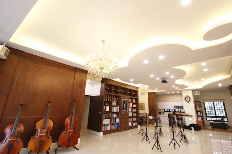 天花板打造成一支小提琴的樣子,與音樂教室相呼應:  室內景觀 by 台中室內建築師|利程室內外裝飾 LICHENG