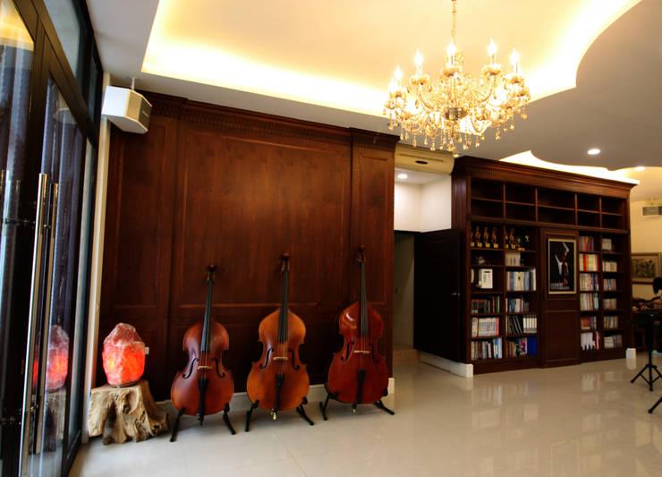 深色的木櫃前擺放了教學使用的提琴:  牆面 by 台中室內建築師|利程室內外裝飾 LICHENG
