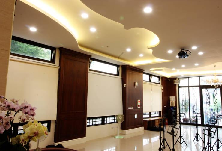 窗戶上的投影布以及天花板上的投影機讓學生能夠觀看教學用的交響音樂會:  視聽室 by 台中室內建築師|利程室內外裝飾 LICHENG