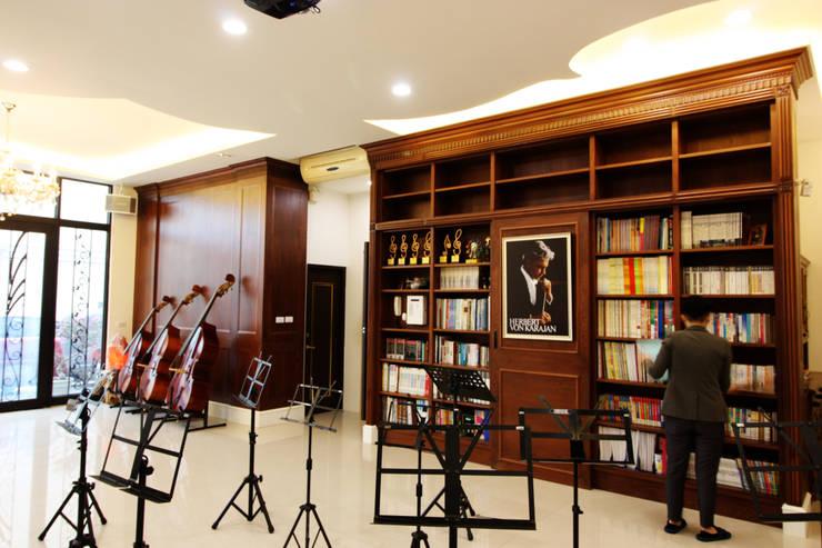 大量的收納空間可以擺放許多樂譜與相關書籍:  視聽室 by 台中室內建築師|利程室內外裝飾 LICHENG