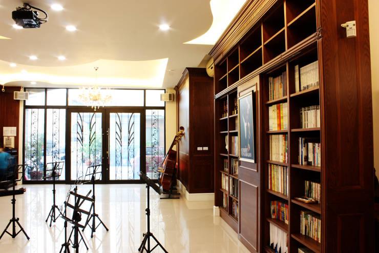 落地窗讓外面能夠一覽學子學習的情況:  窗戶 by 台中室內建築師|利程室內外裝飾 LICHENG