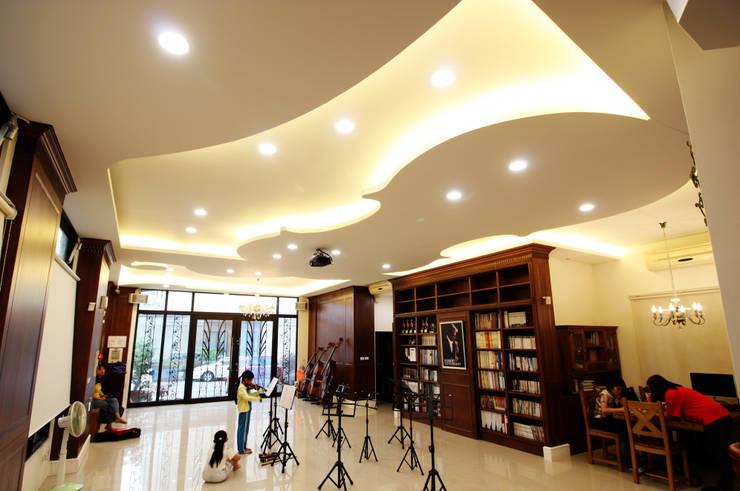 整個一樓的空間也能作為小型演奏廳:  視聽室 by 台中室內建築師|利程室內外裝飾 LICHENG