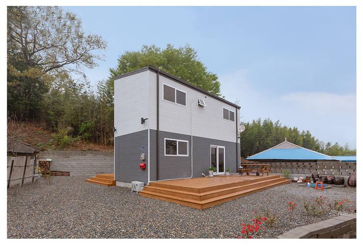 따뜻함이 깃든 새로운 보금자리: 공간제작소(주)의  목조 주택,