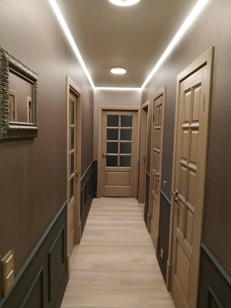 Ingresso, Corridoio & Scale in stile classico di ИП Жамойтины Светлана и Роланд Classico Legno Effetto legno