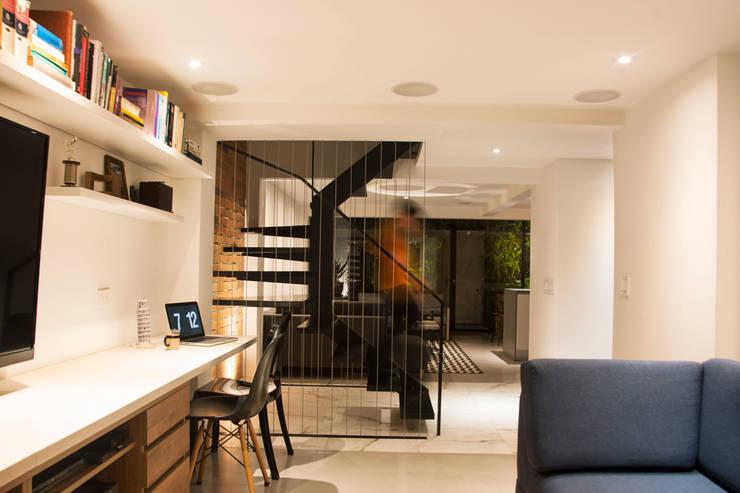 Projekty,  Domowe biuro i gabinet zaprojektowane przez CHAVARRO ARQUITECTURA