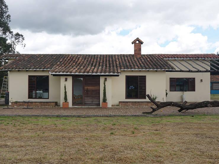 Fachada Principal: Casas campestres de estilo  por TikTAK ARQUITECTOS